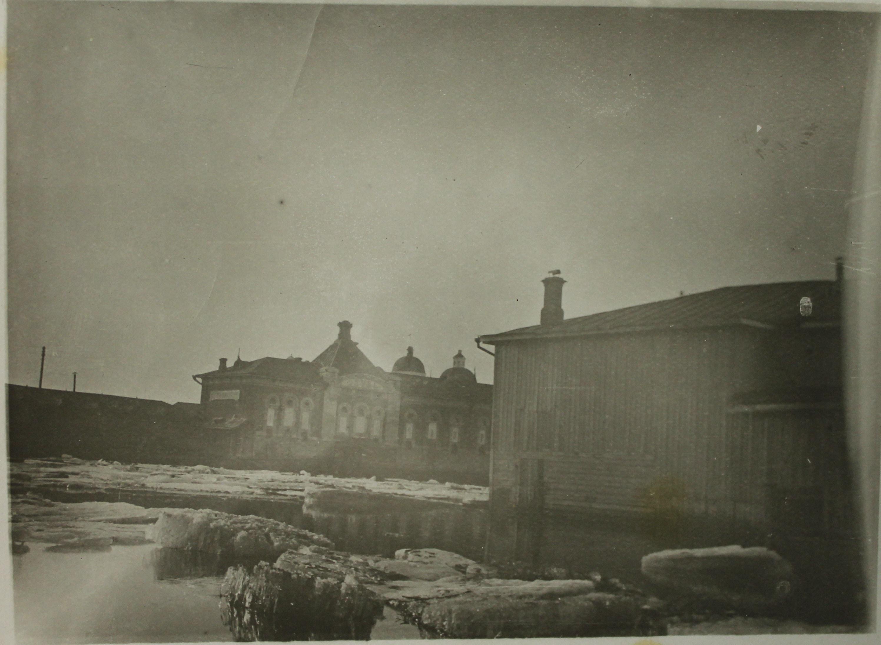 Фотография. «Наводнение на реке Ушайке». Автор: Кривопишин Ю.П. 1930г. Бумага матовая, фотопечать. 8.9 × 11.9 см.