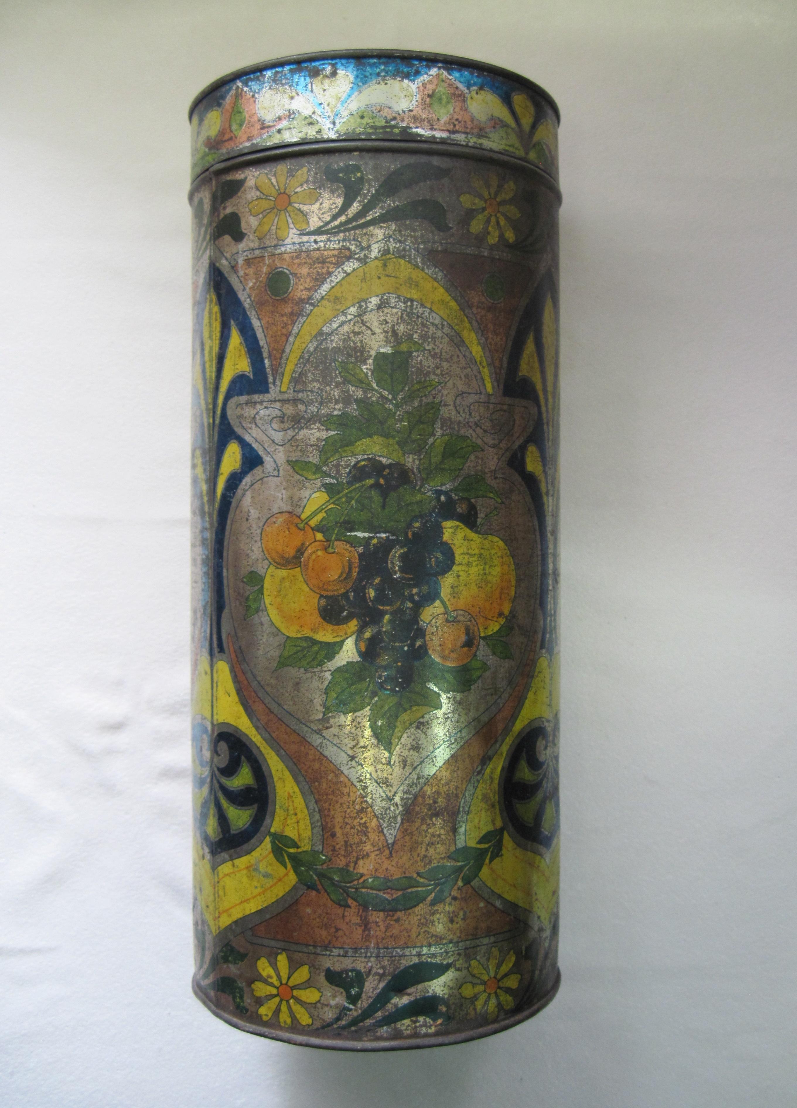 Банка цилиндрической формы со съемной крышкой. Изображение фруктов, цветочный орнамент по основанию.