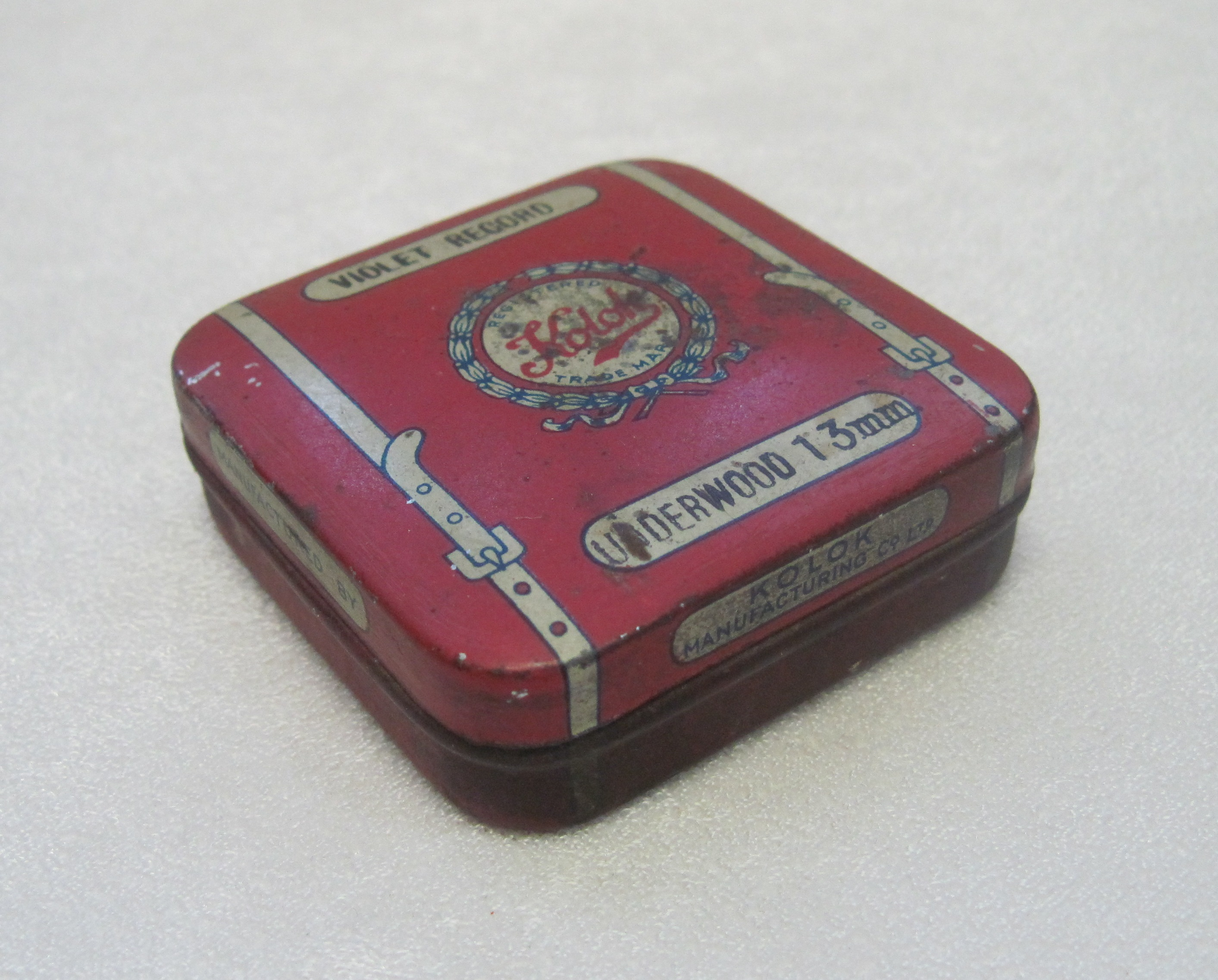 Коробка жестяная. Упаковка для лент пишущей машины «Underwood» производства фирмы «Kolok Manufacturing Co». Материал, техника: Жесть, штамповка, вальцовка. Размер: 5.9 х 5.9 х 1.7 см. Место создания: Англия.