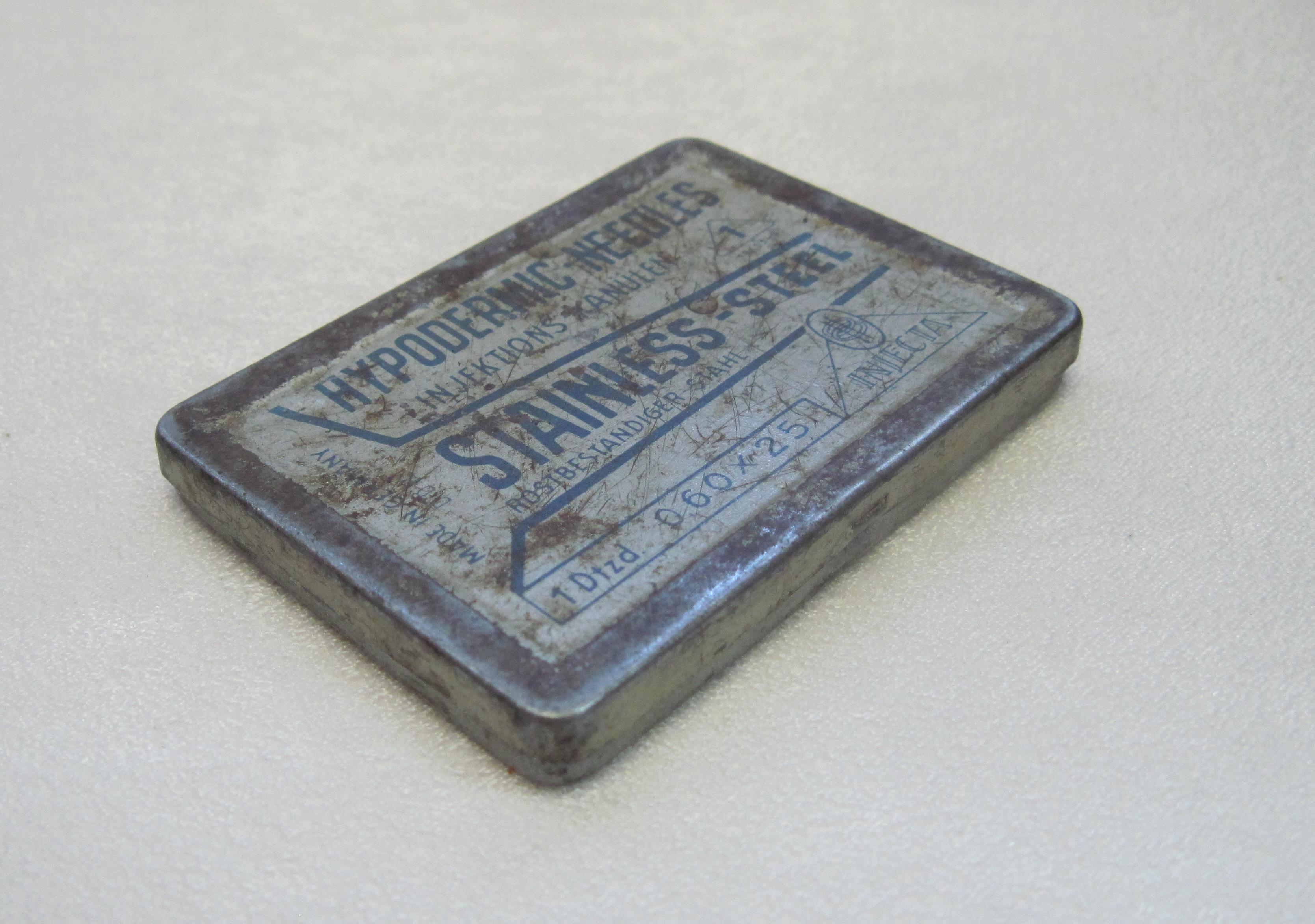 Коробка жестяная. Упаковка игл для подкожных инъекций. Материал, техника: Жесть, штамповка, вальцовка.<br /> Размер: 7.6 х 5.6 х 0.9 см.<br /> Место создания: Германия.